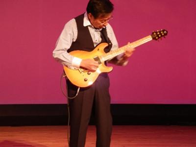 館長さんによるエレキギターの演奏。先ほどのアコースティックギターとはまた違うエレキギターの魅力を感じられます。
