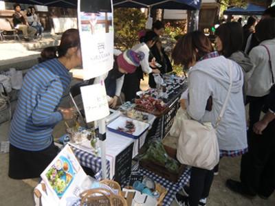 こちらはしばらく前に弥栄の平沢にオープンしたHirasawa food marketから出店の「ヒラサワカフェ」。奥様はミニトマト、私はコンポートを購入。一度お店にも行ってみたいと思っています。