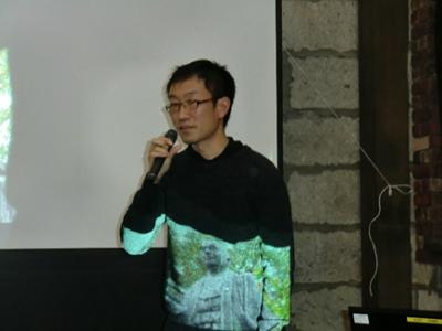 パソコンで字幕や音響をサポートしていた山目市民センターの横山さん。