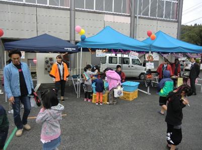 駐車場には屋台や縁日のコーナーも。1人前50円という破格の玉こんにゃくを頂きました。子供たちは輪投げやヨーヨー釣りなどを楽しんでいたようです。