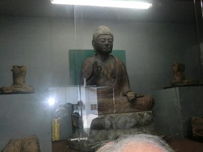 松川公民館の近くにある二十五菩薩像。正面に見えるのは阿弥陀如来像で、それに従う二十五の菩薩像がありますがいずれも首がない状態。首がある完全体なら国宝級なのだそうです。