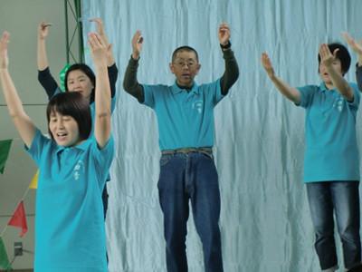 ステージでは手話クラブ四季さんのパフォーマンス中。音楽に合わせての手話と躍り。「幸せなら手をたたこう」の曲では、観客も一緒になって振りをしていました。