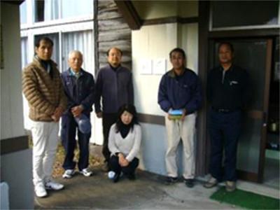 阿部 眞昭 さん(一番左の男性) 阿部 えみ子 さん(中央)