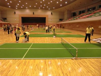 コートが狭くネットは低いというこちらのバウンドテニス。ラリーやバウンドテニス版のストラックアウト?の体験に大勢の方がチャレンジしていました。