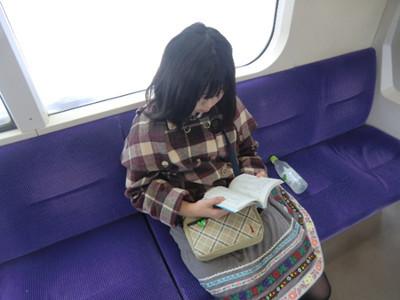 盛岡駅至近のマリオスが会場という事で各駅停車に乗ってぶらり旅開始。(読んでいるのはオズの魔法使い)