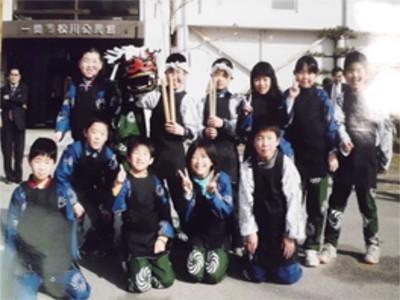 2008年 松川公民館玄関先で撮影(2008年)