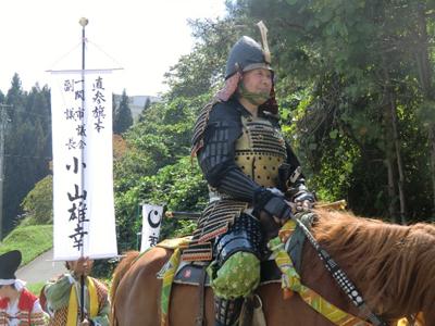 いつ総大将の保阪尚希さんがあらわれるのか流れがわからず、とりあえず最初の馬上の方をパチリ。この方は保阪さんではありませんでしたが、このように騎馬武者が行列の中に何人か混じっています。