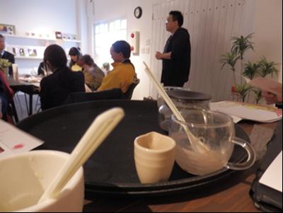 アフォガードの向こうに円卓を囲む参加者。個人的に気に入った写真なので載せてみました。(photo by .Kano)