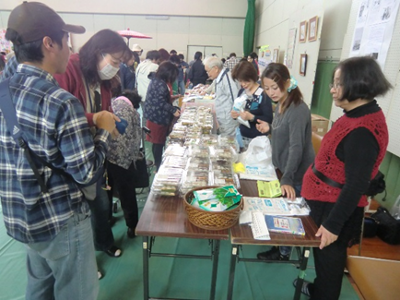 参加団体による、展示や販売が行われ賑わっていました。「福祉に架ける橋の会」さんではお団子などを販売。お昼過ぎには大正琴の演奏などにも出演されました。