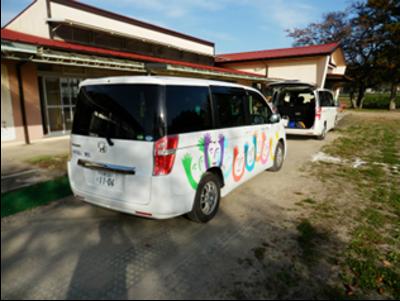 響生さんに私たちが到着したタイミングで、子供たちを乗せた送迎車が、学校から「リトル・ピース」(事業所の名称)に到着しました。