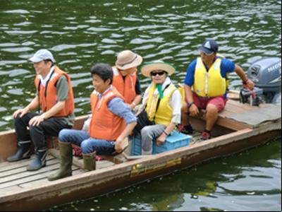 木船の長生丸。水面に手が届きます。水面と近いので普段と目線の高さが違うので新鮮です。