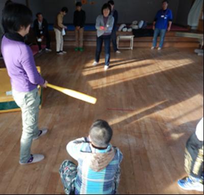 施設の見学後、子供たちとのふれあいタイム。ホールで野球(ごっこ)やサッカー(ごっこ)を楽しみました。子供たちは見知らぬ訪問者の私たちとすぐに仲良くなってくれました。