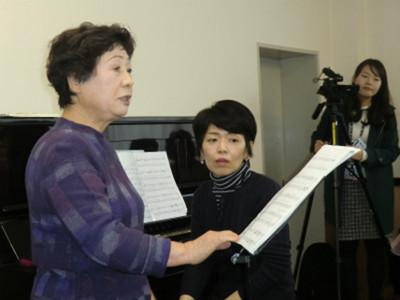 佐藤日出子さんと雅子様は、桜町中学校時代の先生と生徒と言う繋がり。ともに関が丘にお住まいということもあり、今回の歌の集いに来ていただけることになったそうです。関が丘、人材の宝庫ですね。