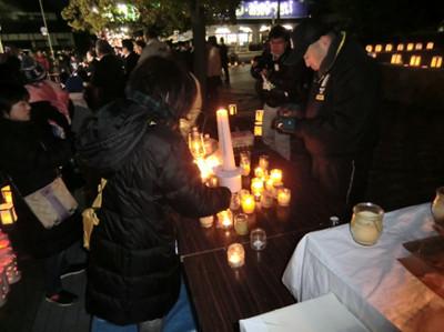夢灯りは「神戸・希望の灯り」から分灯されます。会場には設置された募金箱に募金をしていく方もちらほら見かけました。