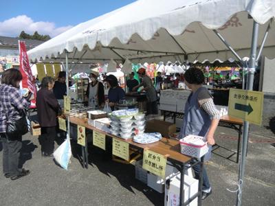 千厩の「お弁当のまんまや」さんのテント(まんまやさん単独なのかは未確認)では、ラーメン・カレー・うどんの他、だんごやおにぎり、いもの子汁を販売。