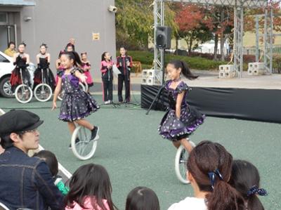 農業祭のステージでは一輪車クラブのパフォーマンス。息の合った演技が手拍子を生んでいました。
