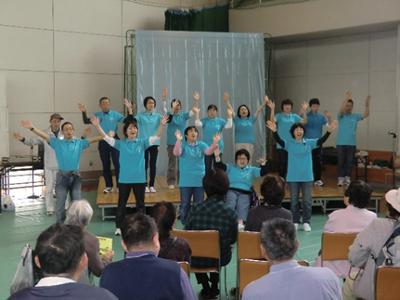 ステージでは、それぞれ趣向を凝らしたパフォーマンスが繰り広げられ観客の声援を受けていました。「手話クラブ四季」さんは手話で歌を表現。「一関手話サークルひろば」さんと一緒にブースでミニ手話講習会も行っていたようです。