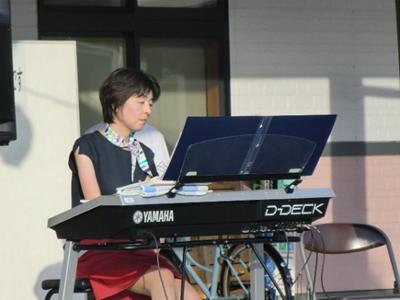ステージの合間にはエレクトーンの生演奏も。軽快なリズムで会場を盛り上げます。