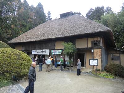 かやぶき屋根が印象的な「岩手県指定有形文化財 村上家住宅」の母屋。私は初めて来ましたが落ち着いた雰囲気を感じました。