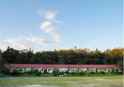 正面から見た達古袋小学校の風景