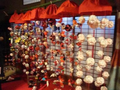 町にも飾られ、ひなまつりを彩る、つるし雛 地域の人たちがひなまつりのため、手芸で制作。 ひなまつり期間中にはつるし雛体験を開催している日もあります。