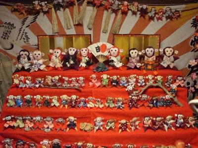 施設に入り、まず目に飛び込んでくるのは今年の干支、サルの5段飾り およそ100体のサルたちが所せましと並んでいます。