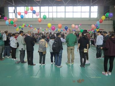 開会式のフィナーレはテープカット。各参加団体に来賓の方などが加わり一斉にテープカットが行われ・・・