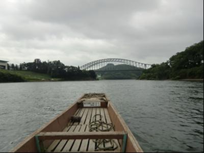 船上からの北上大橋。風が気持ちよくテンションが上がります。