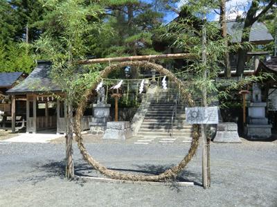 茅の輪。願い事を唱えながら左側、右側、そしてまた左側と3回輪をくぐります
