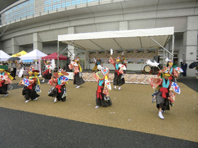 2日目は10時に出陣。あいにく小雨模様でしたが、娘は静岡県伊豆市、モッフル専門店伊豆黒餅本舗の「マヨしょうゆモッフル」へ、私は宮城県大崎市、もちべえの「あげもち」からのスタート。並んでいる途中で中里の鶏舞踊り隊のステージがありました。娘の同級生も出演して会場を盛り上げました。活躍の場が広がり嬉しいです。