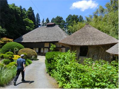 正面入口から臨む村上家住宅(左が母屋)