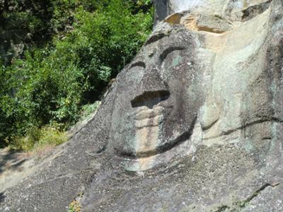 岩に彫られた顔面大仏。どうやって彫ったのか考えると眠れなくなりそうです。
