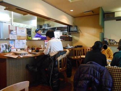 店内にはテーブル席が6つ、カウンター席が3~4席あります。 店内は手芸作品が装飾されていて、情報コーナーもあり、とても落ち着いた雰囲気です。テーブルから、奥さんがお料理の準備をしている姿が見えるのがいいですね。奥さんはとても明るい方で、お料理を待っている間に何度も話しかけていただきました!_(*^-^*)