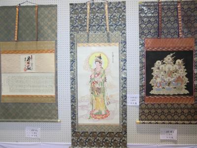 各分野別に展示されたコーナー。「表具」のコーナーには多彩な巻物、掛軸などが目を引きます。