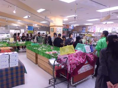 なのはなプラザ1階の新鮮館さんでは、今が旬のりんご1袋を100円(通常330円)で限定50袋販売。