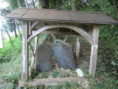 川崎の最明寺の境内には、1256(建長8)年建立の最明寺石塔婆があります。  岩手県最古の年号が記された板碑です。