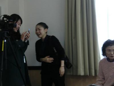 休憩の合間に、岩手日日さんと一関テレビさんの若い美女スタッフ同士が談笑中。友達からお願いします・・・