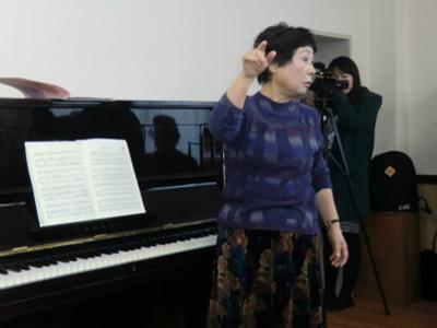 歌の指導と伴奏は、桜町中学校などで教鞭をとられた佐藤日出子さん。関が丘在住のよしみで、コミセン主催のこの事業に協力しています。歌の指導もさることながらトークが面白い!参加者の笑顔を引き出し、皆さんリラックスして歌を楽しんでいました。