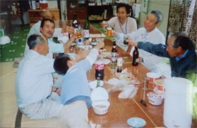 活動後に皆で乾杯! 三浦 初雄さん(右側一番奥)