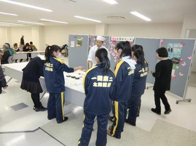 今回私たちは見られませんでしたが、オープニングを飾った一関二高の太鼓道場部の皆さんが和菓子作り体験に挑戦していたようです。