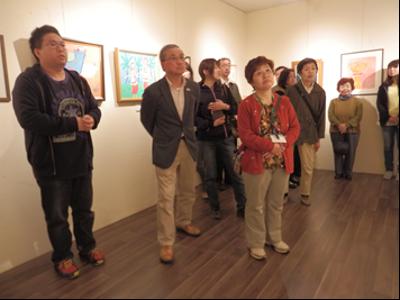 加藤さんの説明を受けながら作品を鑑賞する参加者の皆さん。