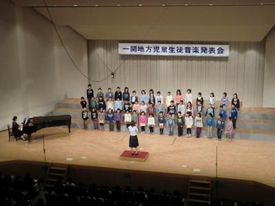 2番手の舞川小学校は3~5年生が2曲の合唱を披露。体全体を揺らして楽しさが伝わってきました。