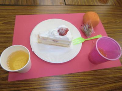クリスマスらしく、炭酸の飲み物と苺のショートケーキ、みかんや調理室で準備していたフルーツポンチとお菓子が並びました。おいしく頂きました。