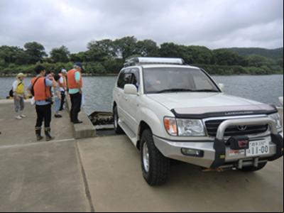 この車で川からボートを引き揚げます。サイドブレーキをおろす瞬間は緊張が走りますが、幸子さんの見事なアクセルワークで完璧な牽引でした。