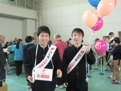 赤い羽根の募金活動には高校生ボランティアも参加。頑張ってました。