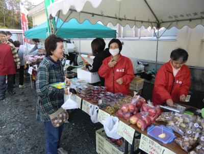 当センター情報誌ideaの取材でお世話になった千厩磐清水の「梅の里村」のテント。代名詞の梅干しの他、野菜なども出していました。