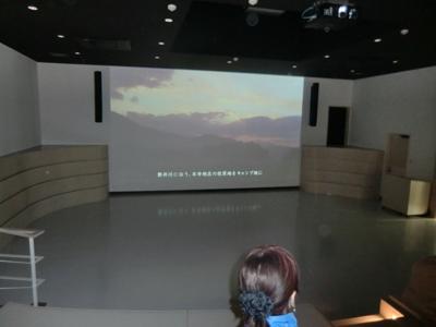 最初のスポット骨寺村荘園遺跡の説明は、骨寺村荘園交流館(若神子亭)の中にある巨大スクリーンで見るDVDの上映から。