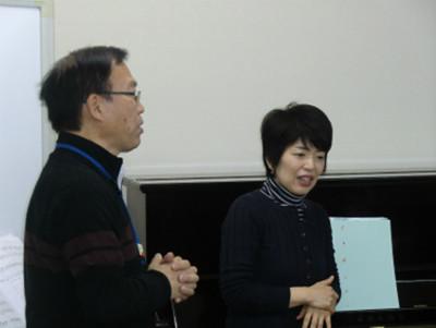 「歌の集い」後半戦は、ゲストとして東日本合唱祭の全体合唱でもピアノ伴奏を務めた大畑雅子さんをお迎えし、雅子様(佐藤日出子さんがこう呼んでいました)の伴奏で歌いました。写真は雅子様を紹介するコミセンの佐藤所長。