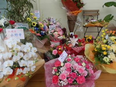 オープン初日、開店祝いのお花が玄関に飾られていました。