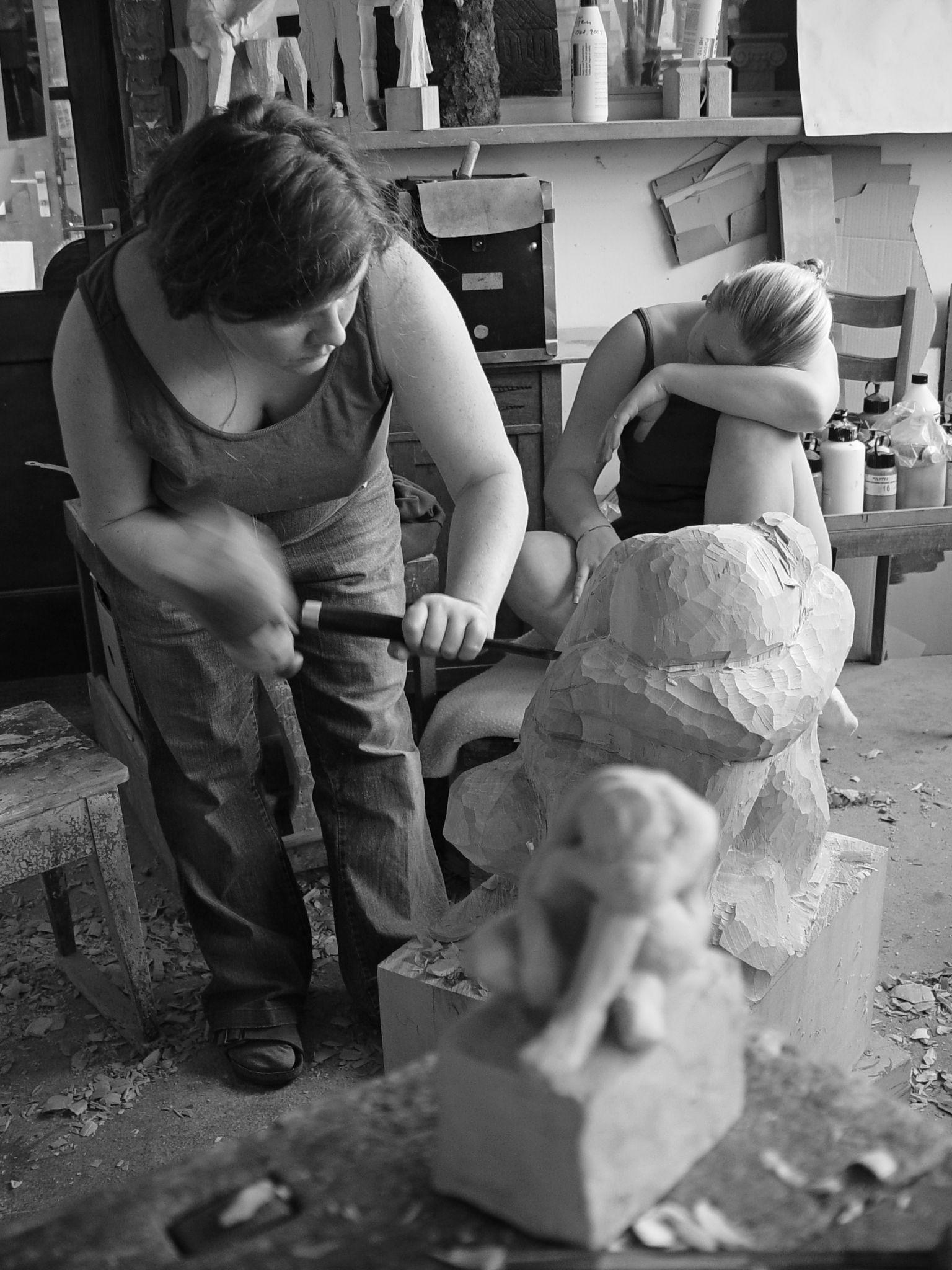 Ursula Wiedemer al lavoro   -   Bildhauerei Wiedemer Basadingen